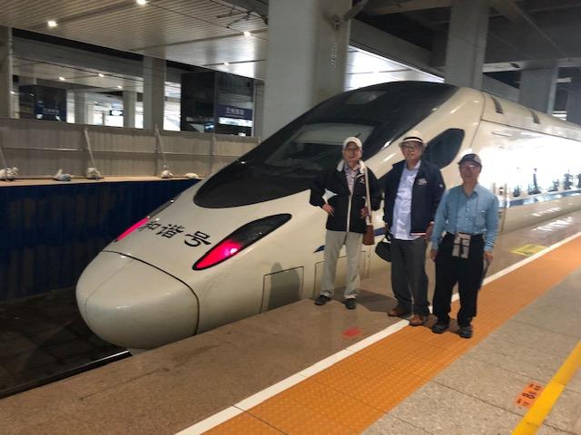 写真3新幹線和諧号の前で.jpg